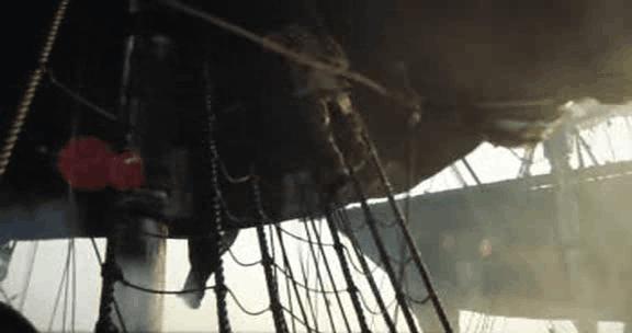 Pirata en una escala hacia las velas