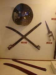 Conjunto de dagas y escudo