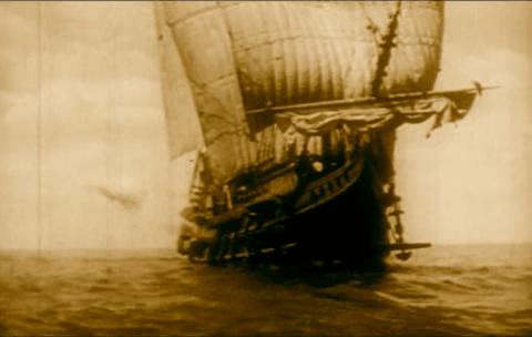 Barco pirata acercándose para empezar un abordaje