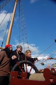 El pirata Calico al timón con las mujeres piratas