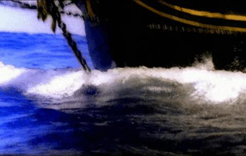 Casco de un barco rompiendo las olas