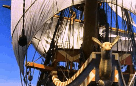 Velas de un barco recogiendo el viento