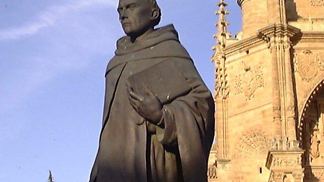 Estatua de Francisco de VItoria delate del Convento de San Esteban en Salamanca