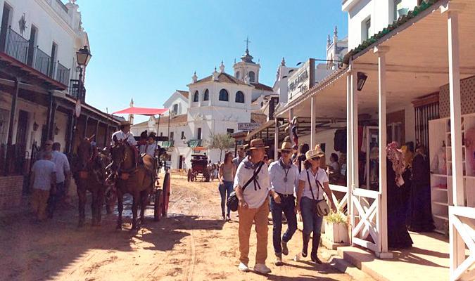 Calle del Rocío con los jinetes ya a pie