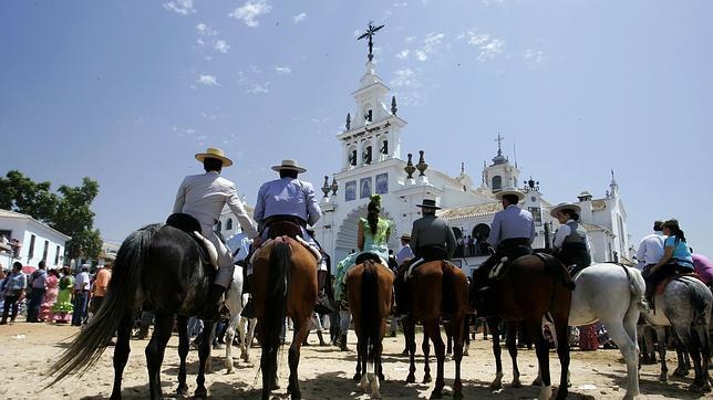 Grupo de jinetes llegan a su destino, la aldea del Rocío