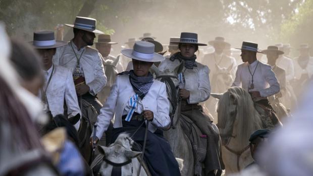 Jinetes españoles van hacia la Romería del Rocío