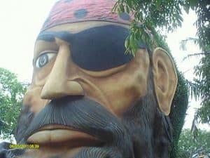 Cabeza de pirata con parche, pañuelo y barba