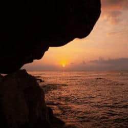 Rocas y mar en una isla