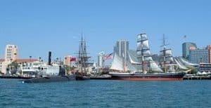 Vista barcos en la Bahía de San Diego en California