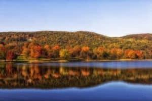 Paisaje de Estado de Connecticut, rio y bosques otoñales