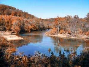 Paisaje del Río Missouri. el rio entre bosques