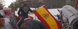 Charro a caballo con la bandera de España