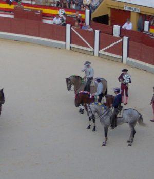 Preparación del paseillo de toreros y rejoneadores en una plaza de toros de España