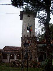 Casa con torre raíces españolas en Estados Unidos