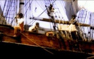 Piratas en la cubierta listos para el abordaje