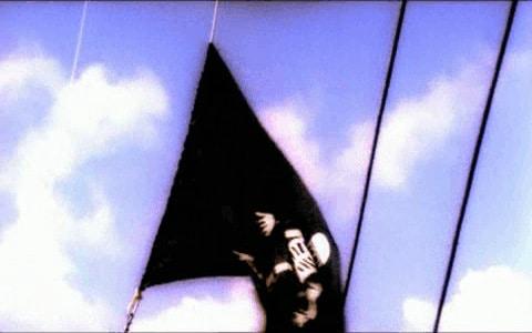 Bandera negra pirata ondeando al viento