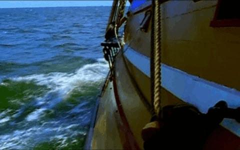 Barco navegando en el mar