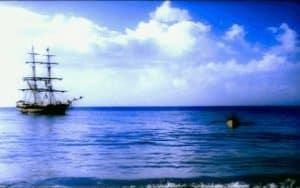 Barco velero fondeado