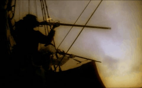 Piratas disparando con armas largas