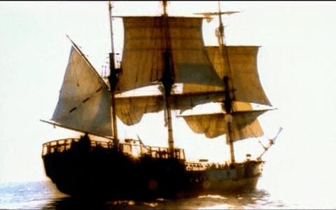 Una veloz carabela en el mar