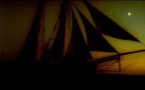 Silueta de un buque en la semioscuridad