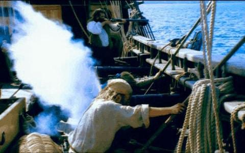 Disparo de cañones desde la cubierta