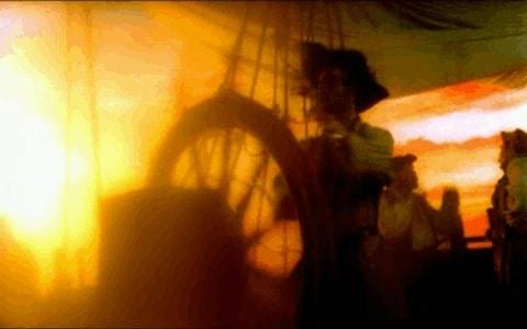 Pirata al timon al anochecer