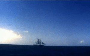 Nave navegando en el hoizonte