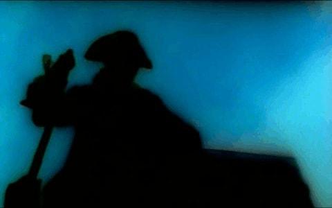 Silueta de pirata en la semioscuridad