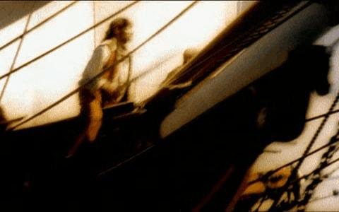 Pirata apoyado en la proa