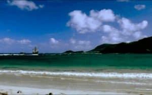 Playa del Caribe y barco navegando