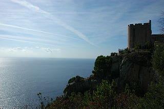 Torre de vigilancia en la costa en un acantilado