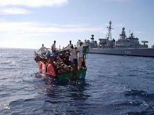 Buque de guerra vigila a una posible embarcación pirata en Somalia