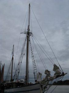 Palos, escaleras, cuerdas, aparejos de un barco