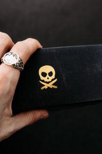 Juegos eróticos y piratas, cinturón con calavera