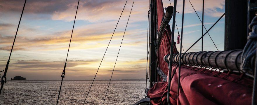 Barco pirata navegando
