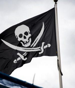 Bandera negra pirata con espadas y calavera