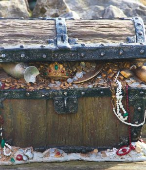 Cofre pirata relleno de joyas