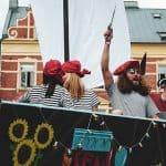 Piratas con sus ropas